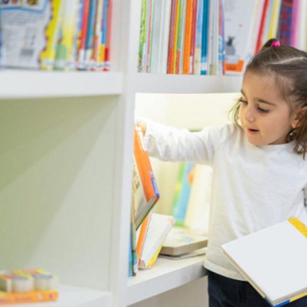 niña en biblioteca para fomentar la lectura
